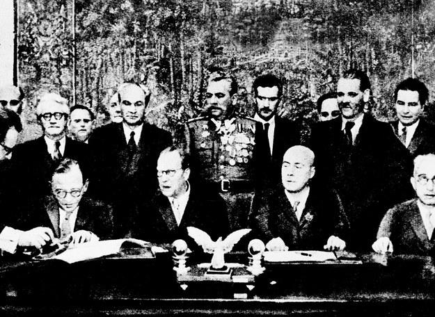 Premierzy Otto Grotewohl i Józef Cyrankiewicz podpisują układ /AFP