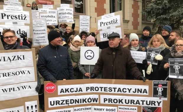 """""""Prestiżem dzieci się nie nakarmi"""". Protest pracowników prokuratur"""