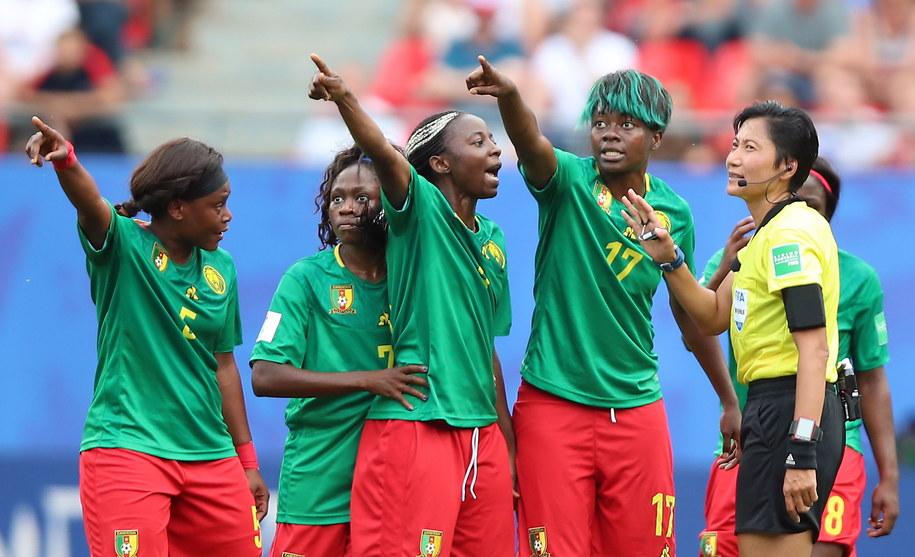 Pretensje piłkarek Kamerunu wobec sędzi z Chin /TOLGA BOZOGLU /PAP/EPA