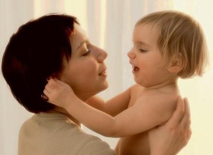Prężenie dziecka, może wiązać się z pewnymi zaburzeniami /INTERIA.PL