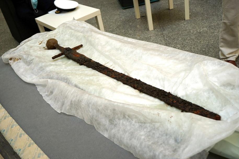 Prezentacja średniowiecznego miecza zachowanego niemal całkowicie wraz z pochwą skórzano-drewnianą podczas konferencji prasowej w Muzeum Narodowym w Szczecinie /Marcin Bielecki   /PAP
