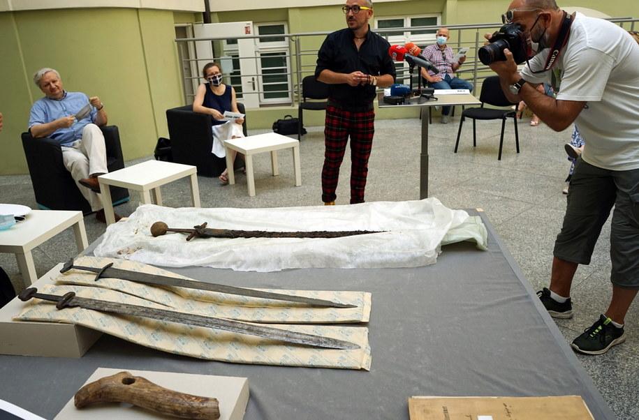 Prezentacja średniowiecznego miecza zachowanego niemal całkowicie wraz z pochwą skórzano-drewnianą podczas konferencji prasowej w Muzeum Narodowym w Szczecinie /Marcin Bielecki   /PAP/EPA