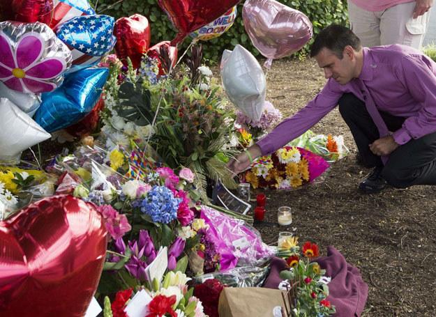 Prezenter pogody, Leo Hirshbrunner, składa kwiaty na miejscu tragedii /AFP /East News