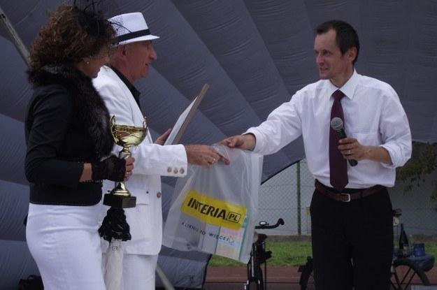 Prezes Automobilklubu Legnickiego wręcza nagrodę właścicielom citroena 11 CV /INTERIA.PL