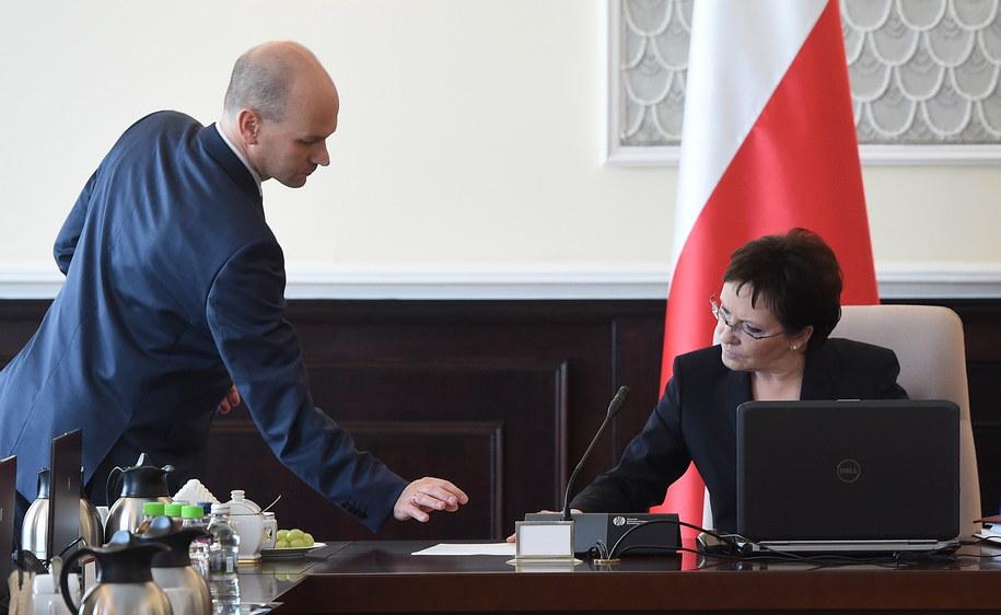 Prezes Centrum Legislacyjnego Rządu Maciej Berek i premier Ewa Kopacz /Radek Pietruszka   (PAP) /PAP