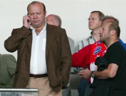 Prezes Cupiał słucha relacji o tym, co się dzieje w Wiśle. Fot. T. Markowski. /Agencja Przegląd Sportowy