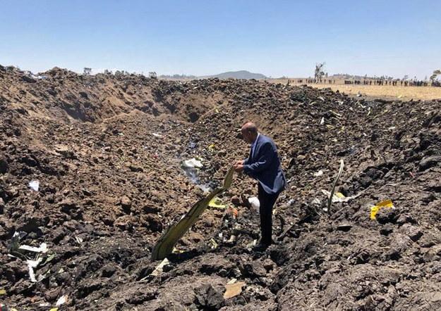 Prezes Ethiopia Airlines Tewolde GebreMariam w miejscu, gdzie Boeing 737 MAX 8 uderzył w ziemię /Ethiopia Airlines/HANDOUT /PAP/EPA