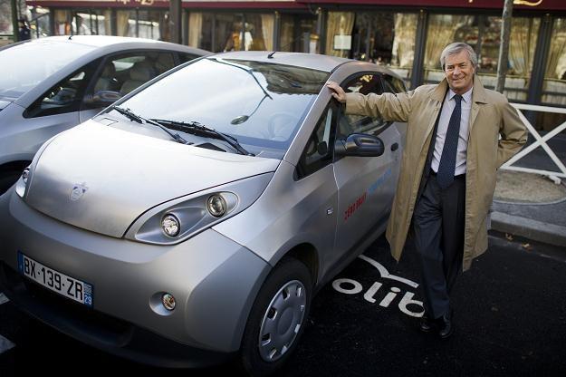 Prezes firmy przy samochodzie bluecar /AFP