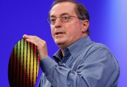 Prezes i dyrektor generalny firmy Intel, Paul Otellini i wafel wytworzony w technologii 32 nm. /AFP