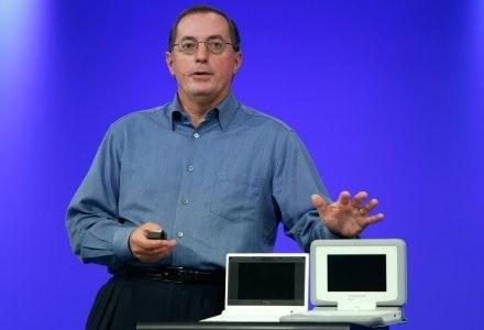 Prezes i dyrektor generalny firmy Intel, Paul Otellini, prezentuje ClassMate PC oraz OLPC /AFP