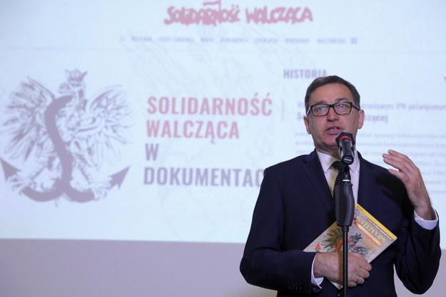 """Prezes IPN Jarosław Szarek podczas konferencji nt. prezentacji nowego portalu IPN """"Solidarność Walcząca w dokumentach"""" /Tomasz Gzell   /PAP"""