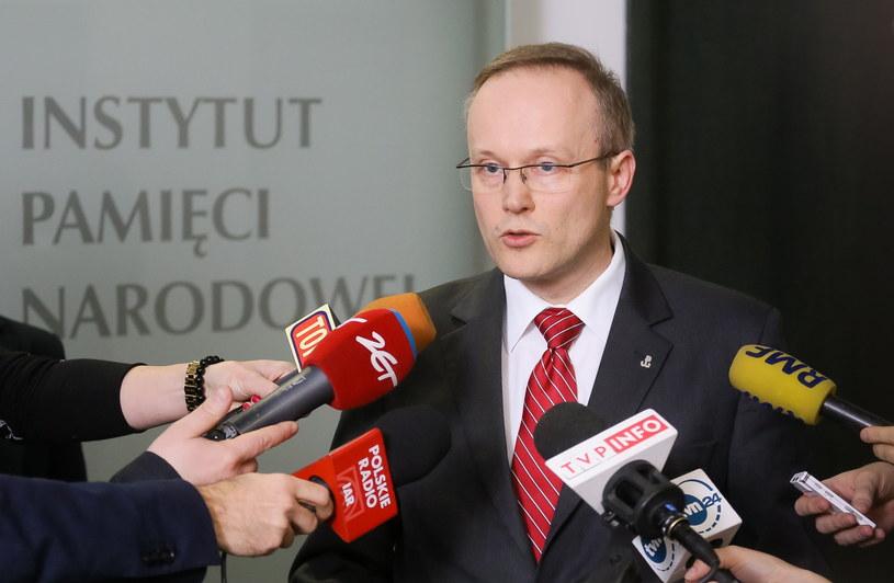 Prezes IPN Łukasz Kamiński podczas konferencji prasowej /Paweł Supernak /PAP