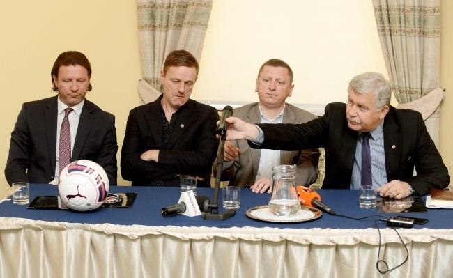 Prezes Jerzy Engel (P), przewodniczący Rady Nadzorczej Robert Kuraszkiewicz (2,P), Radosław Majdan (L) i Dariusz Góralczyk (2,L) podczas konferencji prasowej dotyczącej klubu piłkarskiego Polonii. /Bartłomiej Zborowski /PAP