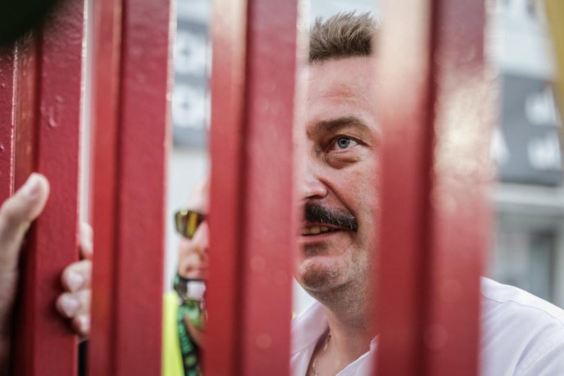 Prezes Krzysztof Mrozek rozmawia z kibicami /Dominik Gajda /Newspix