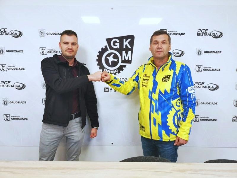 Prezes Marcin Murawski wita trenera Janusza Ślączkę /GKM Grudziądz /materiały prasowe