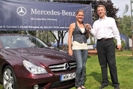 Prezes Mercedes-Benz Warszawa, Bogusław Kowalski, przekazuje kluczyki do Mercedesa CLS Agnieszce Rad /