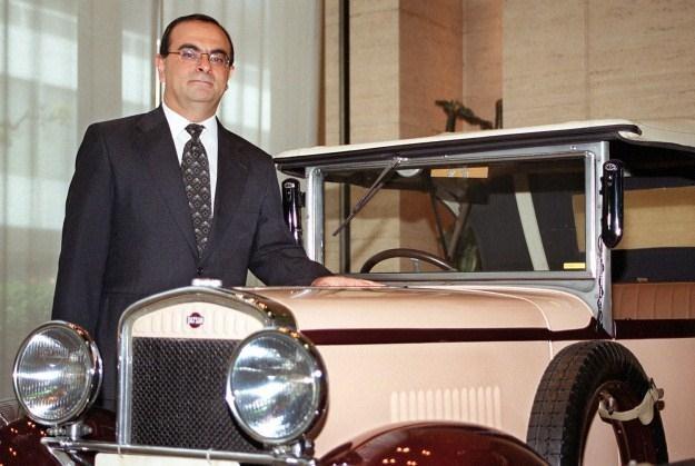 Prezes Nissana, Carlos Ghosn przy pierwszym datsunie z 1932 roku /AFP