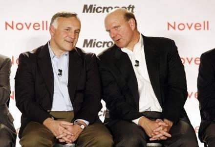 Prezes Novell, Ron Hovsepian (z lewej) i dyrektor Microsoft, Steve Ballmer /AFP