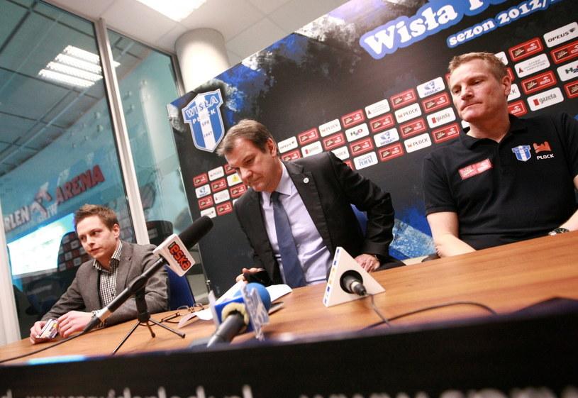 Prezes Orlenu Wisła Płock Paweł Miszczyński (C) i trener Lars Walter (P) podczas konferencji prasowej po nierozegranym meczu /Marcin Bednarski /PAP