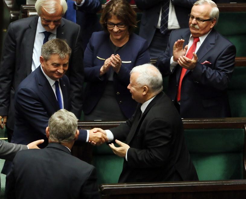 Prezes PiS gratuluje Kuchcińskiemu po głosowaniu /Tomasz Gzell /PAP