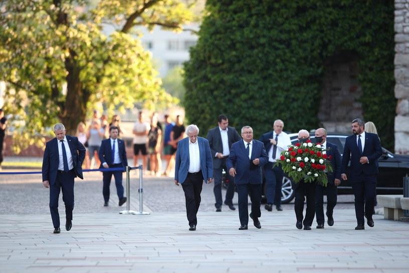 Prezes PiS i inni członkowie partii w drodze na Wawel. /PAP/Łukasz Gągulski /PAP