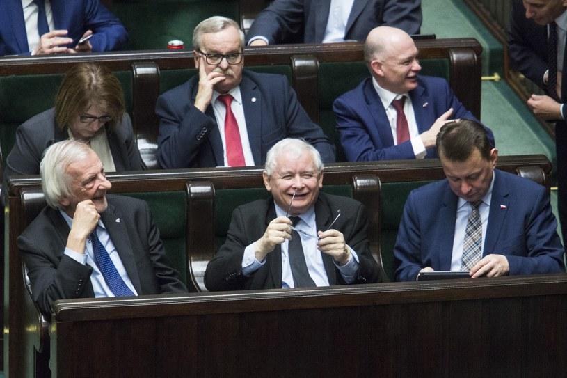 Prezes PiS i posłowie partii w Sejmie /Andrzej Hulimka  /Reporter
