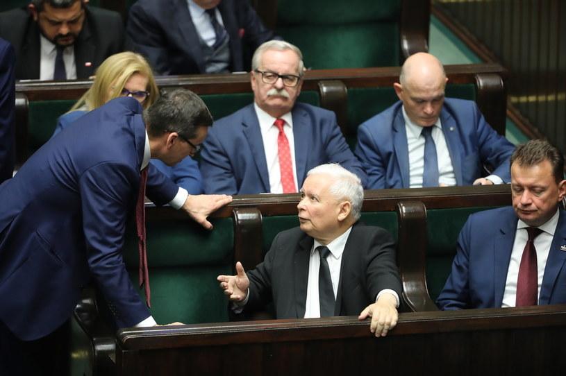 Prezes PiS Jarosław Kaczyński (C-dół) i premier Mateusz Morawiecki (L-dół) na sali obrad podczas drugiego dnia posiedzenia Sejmu /Wojciech Olkuśnik /PAP