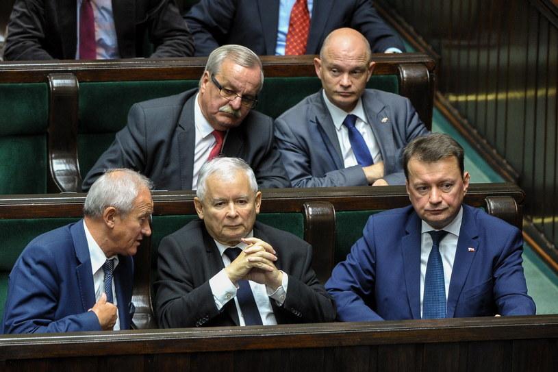 Prezes PiS Jarosław Kaczyński (C), minister spraw wewnętrznych i administracji Mariusz Błaszczak (P) i minister energii Krzysztof Tchórzewski (L) na sali sejmowej /Marcin Obara /PAP