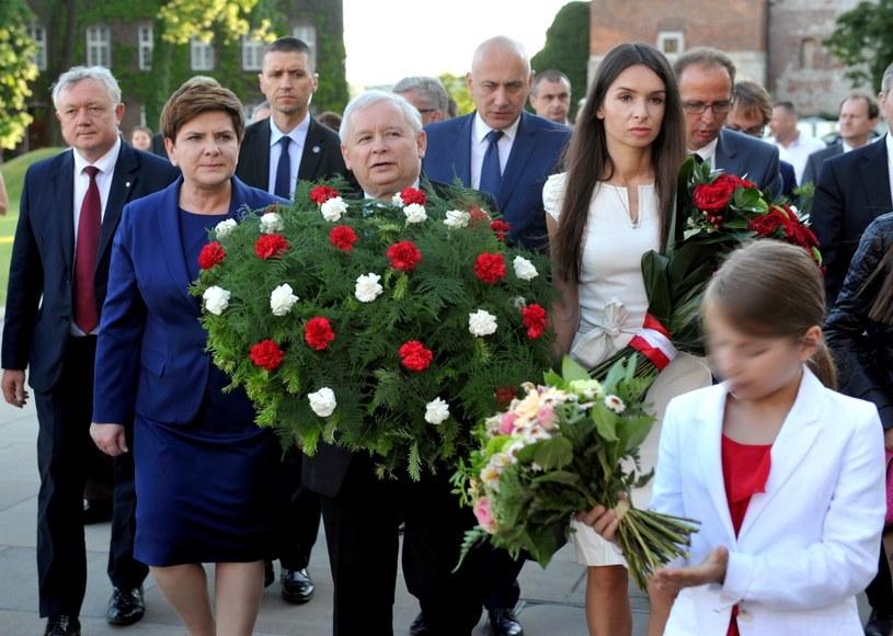 Prezes PiS Jarosław Kaczyński (C), premier Beata Szydło (L), Marta Kaczyńska (2P) z córką Martyną (2L) i marszałek Sejmu Marek Kuchciński (P) na Wawelu w 67. rocznicę urodzin Lecha Kaczyńskiego /Mcihał Klag /PAP