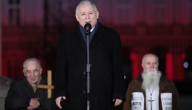 Prezes PiS Jarosław Kaczyński (C) przemawia przed Pałacem Prezydenckim w Warszawie / Leszek Szymański    /PAP