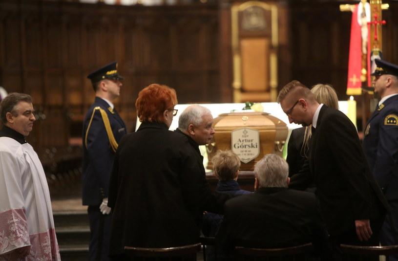Prezes PiS Jarosław Kaczyński (C) składa kondolencje podczas uroczystości pogrzebowych posła PiS Artura Górskiego /Leszek Szymański /PAP