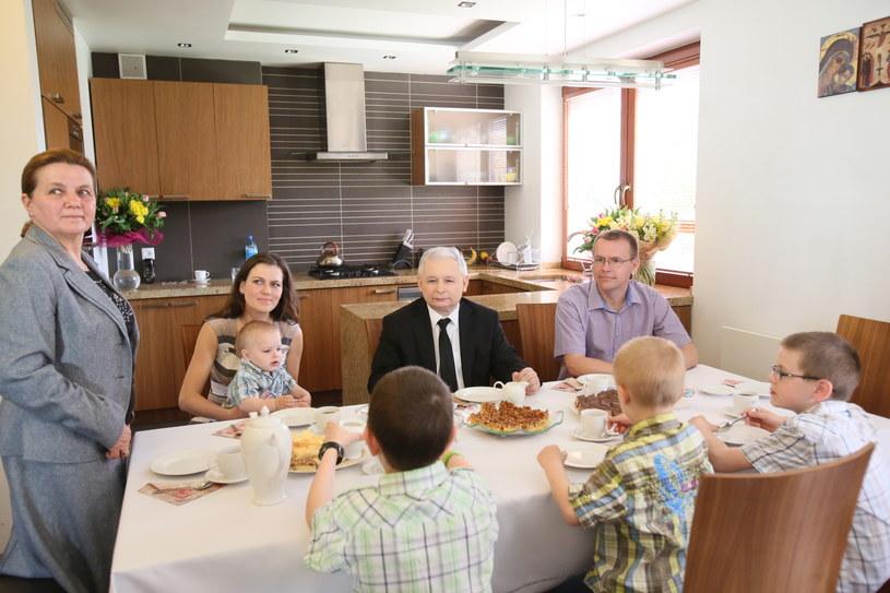 Prezes PiS Jarosław Kaczyński (C) spotkał się z rodziną państwa Skoków. /Leszek Szymański /PAP