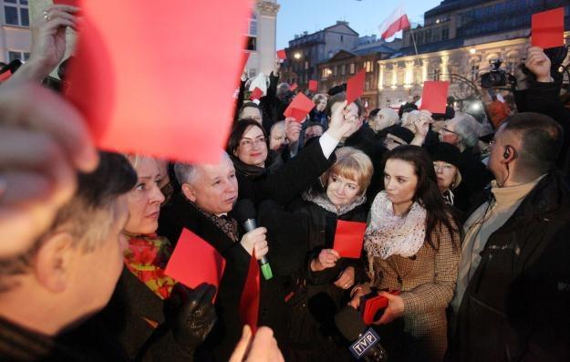 Prezes PiS Jarosław Kaczyński (C) w otoczeniu polityków i sympatyków PiS/fot. P. Supernak /PAP