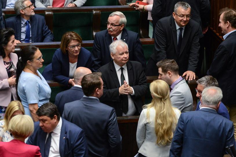 Prezes PiS Jarosław Kaczyński (C) w otoczeniu polityków PiS /Jakub Kamiński   /PAP