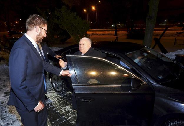 Prezes PiS Jarosław Kaczyński (C) wysiada z samochodu przed historyczną salą BHP na terenie byłej Stoczni Gdańskiej /Dominik Kulaszewicz /PAP