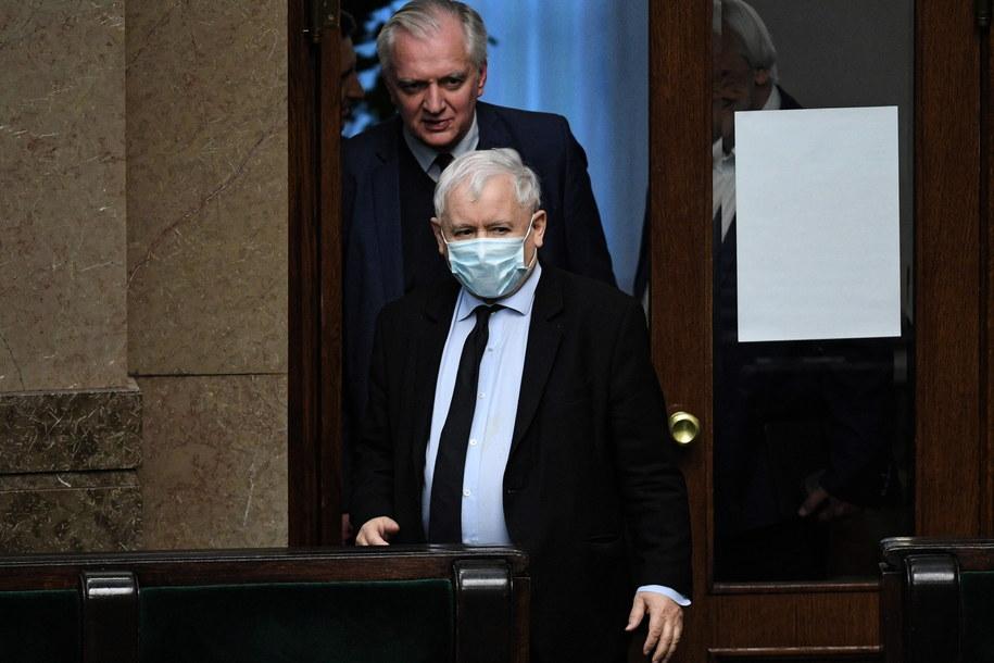Prezes PiS Jarosław Kaczyński (front) i prezes Porozumienia Jarosław Gowin (tył) na sali obrad Sejmu / Radek Pietruszka   /PAP