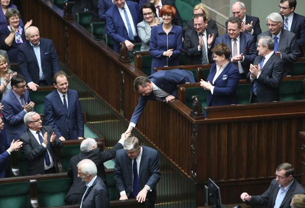 Prezes PiS Jarosław Kaczyński gratuluje ministrowi spraw wewnętrznych i administracji Mariuszowi Błaszczakowi /Leszek Szymański /PAP