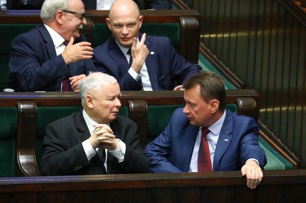 Prezes PiS Jarosław Kaczyński i minister obrony narodowej Mariusz Błaszczak oraz posłowie Leonard Krasilski i Waldemar Andzel (u góry po prawej) na sali sejmowej podczas drugiego dnia obrad Sejmu / Tomasz Gzell    /PAP