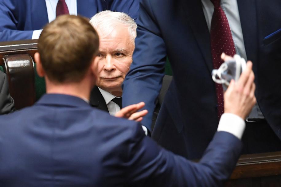Prezes PiS Jarosław Kaczyński i poseł PO Sławomir Nitras podczas bloku wieczornych głosowań w Sejmie / Radek Pietruszka   /PAP