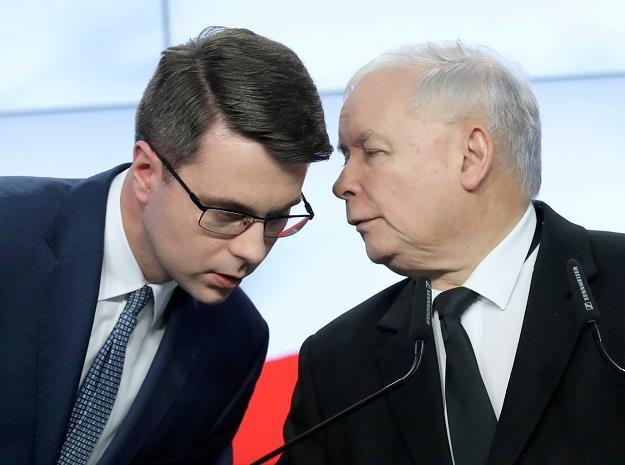 Prezes PiS Jarosław Kaczyński i rzecznik rządu Piotr Mueller. Fot. Piotr Molecki /East News