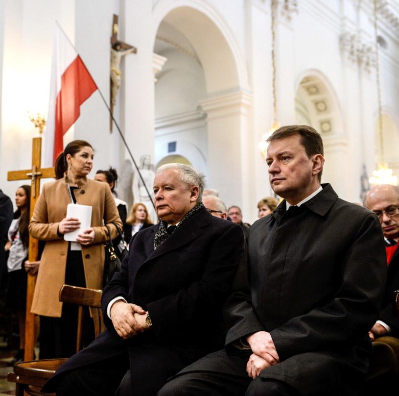 Prezes PiS Jarosław Kaczyński i szef KP PiS Mariusz Błaszczak podczas mszy świętej /Jakub Kamiński   /PAP