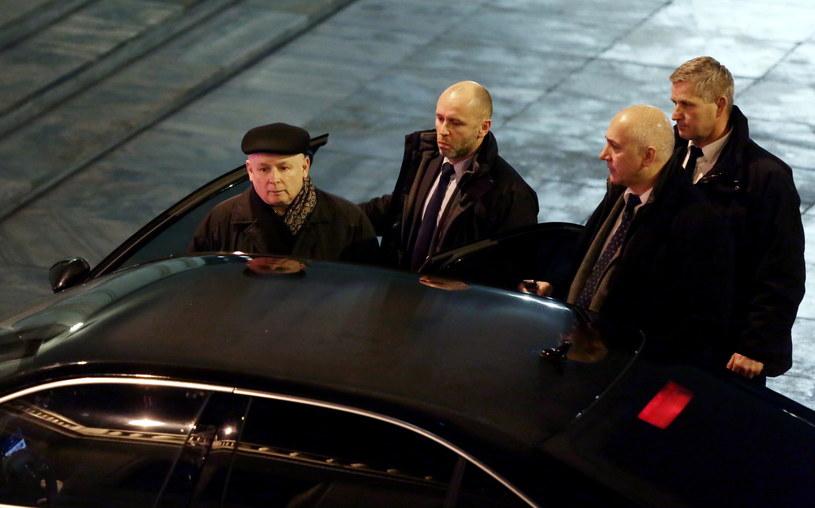 Prezes PiS Jarosław Kaczyński i wicemarszałek Joachim Brudziński opuszczają Sejm w nocy z piątku na sobotę /Tomasz Gzell /PAP