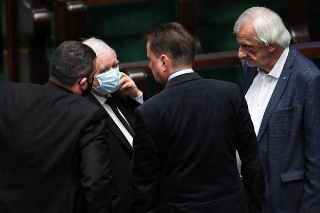 Prezes PiS Jarosław Kaczyński i wicemarszałek Sejmu Ryszard Terlecki na sali obrad Sejmu w dniu 5 maja 2020 r. / Radek Pietruszka   /PAP