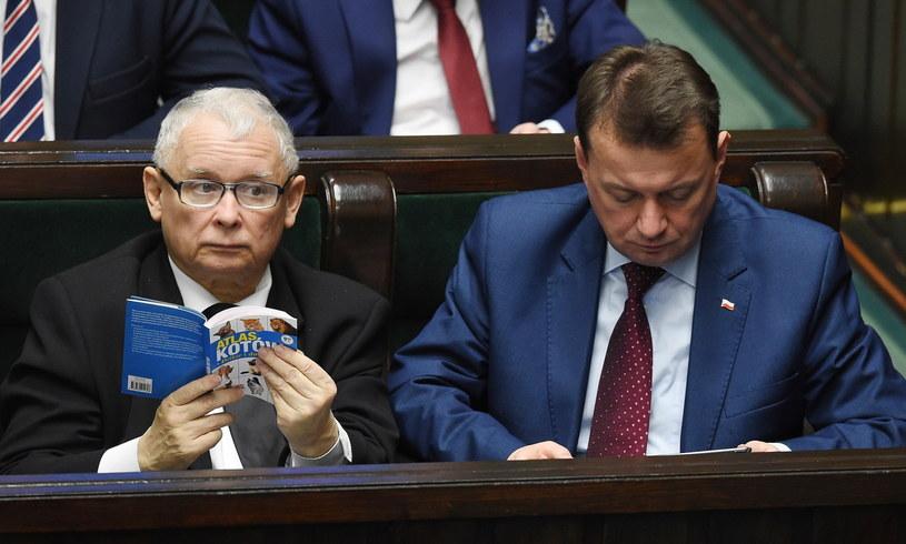 Prezes PiS Jarosław Kaczyński (L), minister spraw wewnętrznych i administracji Mariusz Błaszczak (P) /Radek Pietruszka /PAP
