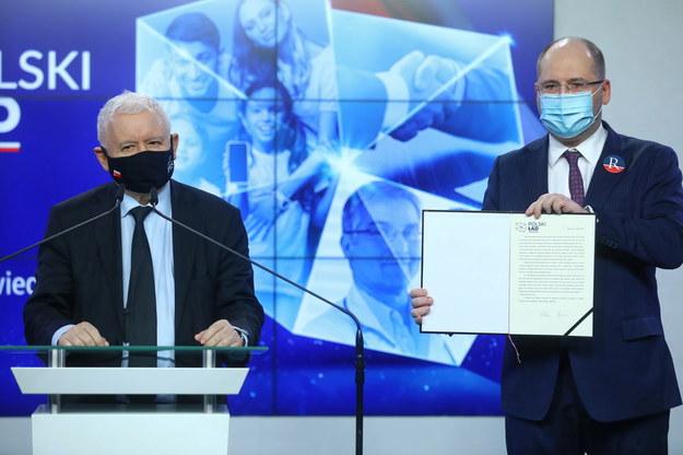 Prezes PiS Jarosław Kaczyński (L) oraz europoseł PiS Adam Bielan (P). Na zdjęciu podczas konferencji prasowej - Jarosław Kaczyński poinformował o ponownym przystąpieniu posła Lecha Kołakowskiego do klubu parlamentarnego PiS /Rafał Guz /PAP
