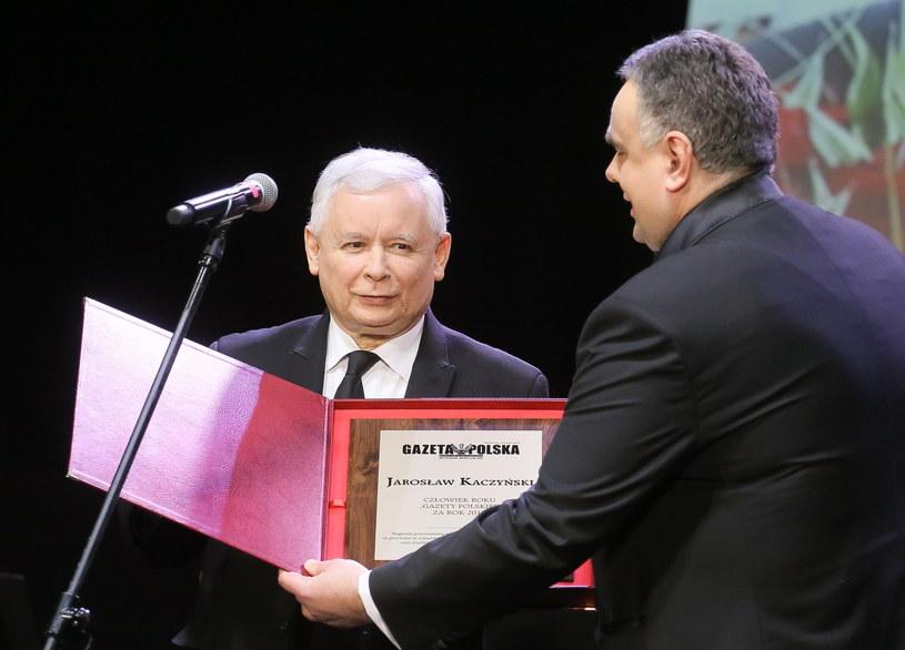 Prezes PiS Jarosław Kaczyński odbiera nagrodę /Paweł Supernak /PAP