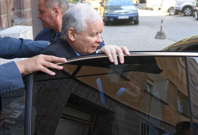 Prezes PiS Jarosław Kaczyński opuszcza Wojskowy Instytut Medyczny /Radek Pietruszka /PAP