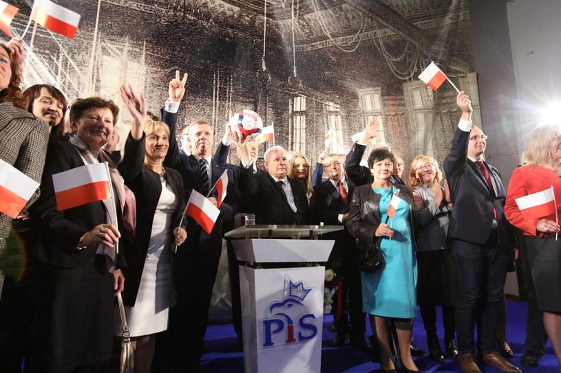 Prezes PiS Jarosław Kaczyński oraz kandydaci partii w wyborach parlamentarnych, podczas spotkania z wyborcami /Stanisław Rozpędzik /PAP