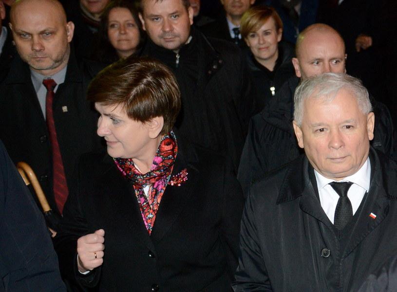 Prezes PiS Jarosław Kaczyński (P) oraz desygnowana na premiera Beata Szydło (C) podczas marszu pod Pałac Prezydencki /Jakub Kamiński   /PAP