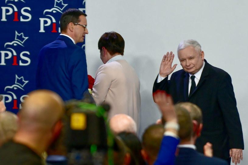 Prezes PiS Jarosław Kaczyński (P), premier Mateusz Morawiecki (L), wicepremier Beata Szydło (C) w sztabie wyborczym Prawa i Sprawiedliwości w Warszawie / Jakub Kamiński    /PAP